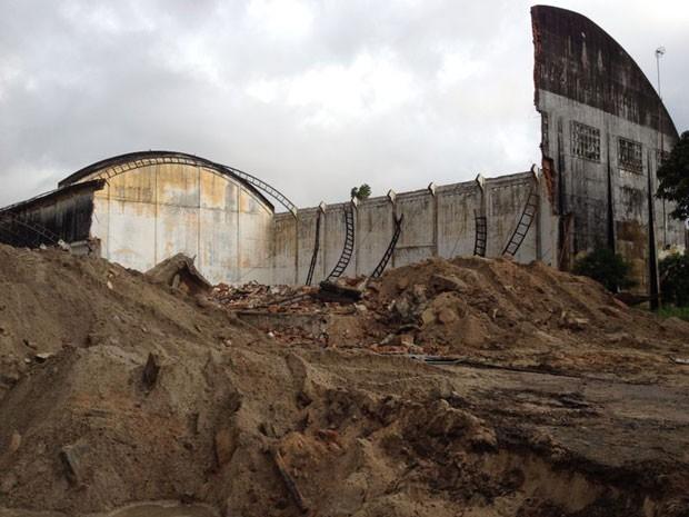 Na manhã desta quinta (22), armazém estava parcialmente demolido no Cais José Estelita (Foto: Vitor Tavares / G1)