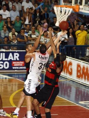 Olivinha, do Flamengo, marca Robert Day, do Uberlândia nbb basquete (Foto: Raphael Oliveira/EAZ)