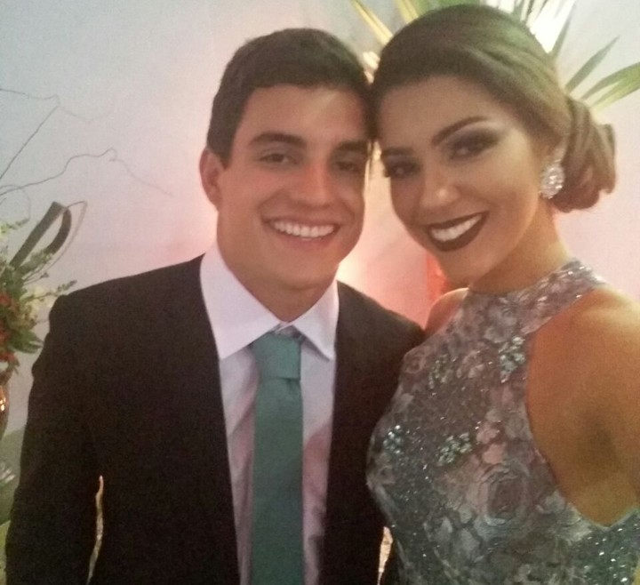 Vivian e Manoel posam juntos durante o casamento de Elis (Foto: Gshow)