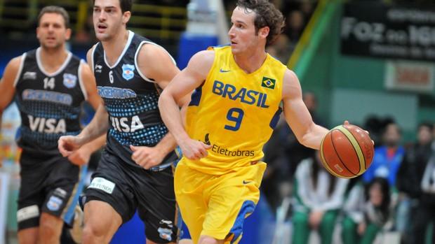 Marcelinho Huertas Brasil Argentina basquete (Foto: Colin Foster / CBB)