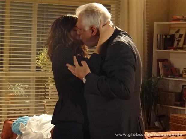 Caramba! César arranca o maior beijão de Aline (Foto: Amor à Vida / TV Globo)