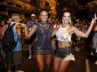 Carla Prata exibe barriga sarada em ensaio de rua