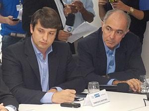 Superintendente da Transalvador, Fabrizzio Muller, e secretário do Urbanismo e Transporte, José Carlos Aleluia, em coletiva (Foto: Lílian Marques/ G1)