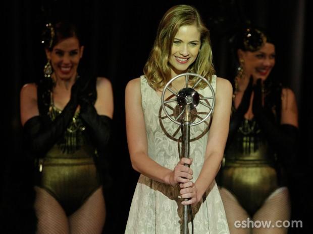 Hora de brilhar! Hilda passar por cima de vergonha e arrasa no palco (Foto: Fábio Rocha/TV Globo)