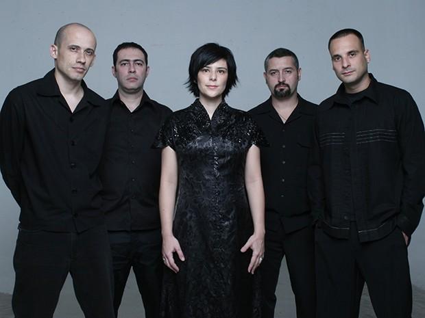 Fernanda Takai e John Ulhoa (primeiro à esquerda) mantêm o casamento e a banda Pato Fu (Foto: Divulgação)