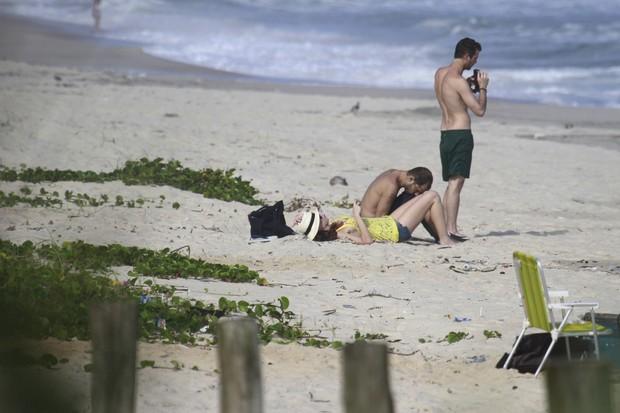 Alinne Moraes aproveita praia com amigo no RJ (Foto: Dilson Silva  / Agnews)