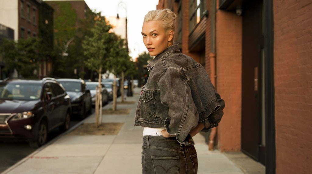 Karlie Kloss veste sua jaqueta trucker personalizada (Foto: Divulgação)