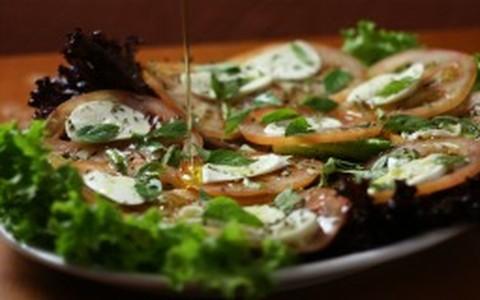Salada caprese: alface, tomate e muçarela de búfala