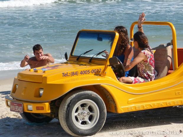 Amaralina quase passa por cima de Rodrigo (Foto: Flor do Caribe / TV Globo)