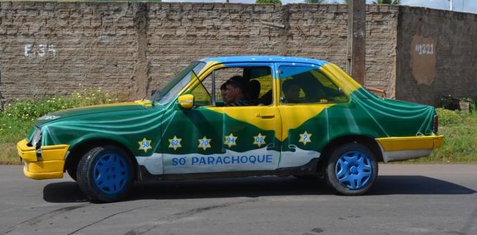 Pintura retrata a bandeira do Brasil caída sobre o veículo. 'Minha jóia', derrete-se o dono (Foto: Herianne Cantanhede/GloboEsporte.com/RR)