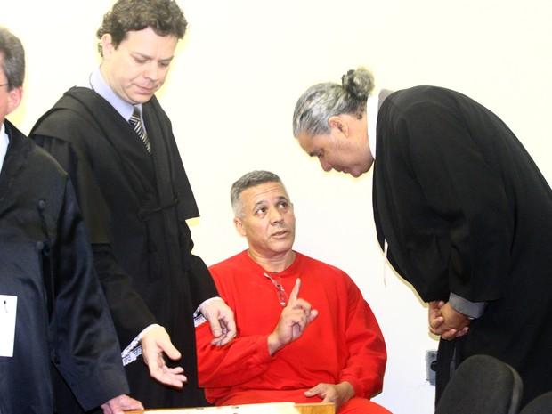 25/04/2013 - Marcos Aparecido dos Santos conversa com os advogados. (Foto: Maurício Vieira/G1)