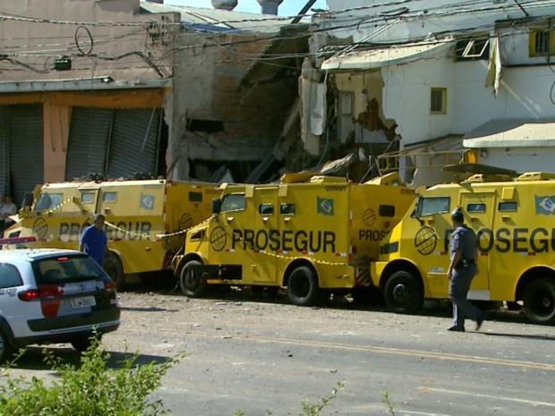 Prédio da Prosegur e imóvel vizinho ficaram destruídos em Ribeirão Preto, SP (Foto: Reprodução/EPTV)