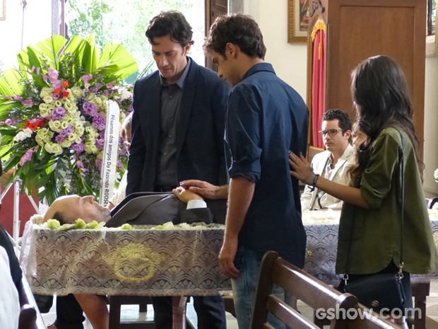 Laerte vela o pai na igreja e se surpreende com a chegada da prima (Foto: Em Família/TV Globo)