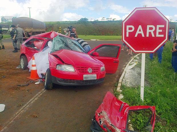 Carro foi arrastado por cerca de 50 metros após choque (Foto: Eder Callegari/RBS TV)