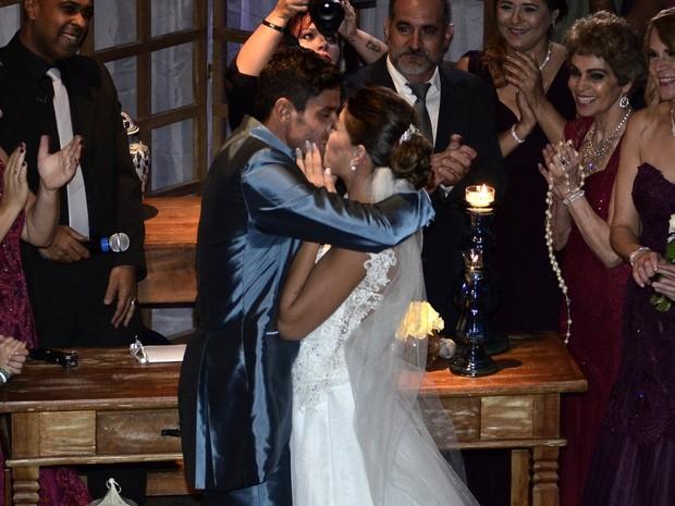 Fran e Diego se beijam no altar (Foto: Roberto Teixeira / EGO)