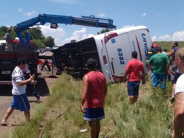 Acidente com ônibus deixou mortos e feridos no RS (Foto: Divulgação/Comando Rodoviário da BM)