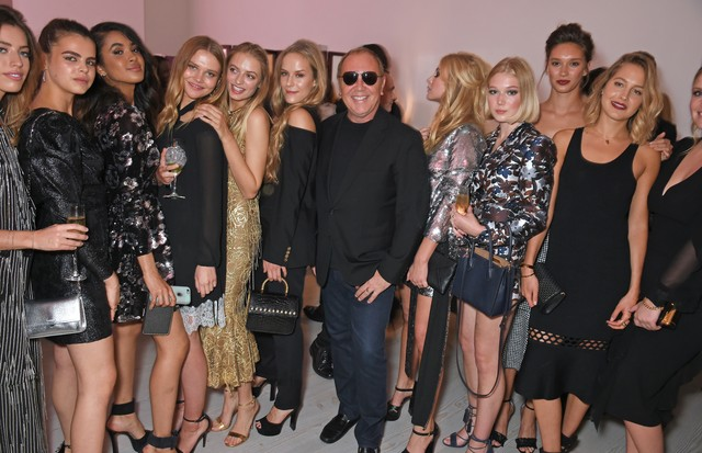 LONDON, ENGLAND - JUNE 29:  Michael Kors (C) poses with English Roses including Clara McGregor, Aziya Aldridge-Moore, Idina Moncreiffe, Hum Fleming, Lady Lola Crichton-Stuart, Livvy Banks, Renee Stewart, Tess Ward and Lady Kitty Spencer at Tatler's Englis (Foto: Dave Benett/Getty Images for Mic)
