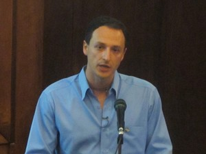 O biólogo Alysson Muotri, em palestra para médicos e pais de autistas (Foto: Tadeu Meniconi / G1)