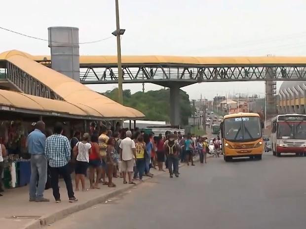 Crime ocorreu em ponto de ônibus da Avenida Paralela, em Salvador (Foto: Reprodução/TV Bahia)