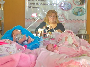 Com delicadeza, Luciane confecciona os bebês reborn (Foto: Reprodução / Inter TV)