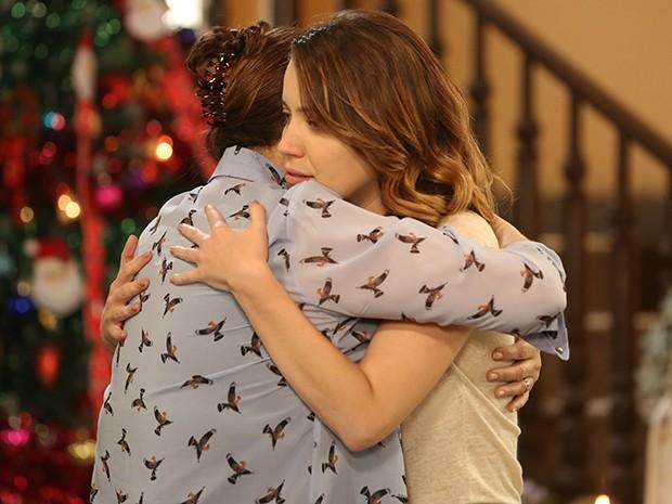 Tina abraça Laura e tem momento de sinceridade (Foto: Pedro Curi/Gshow)