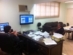 Delegados do 14º DP, em Pinheiros, analisam Ragisp para ajudar nas investigações sobre roubos na região (Foto: Kleber Tomaz / G1)