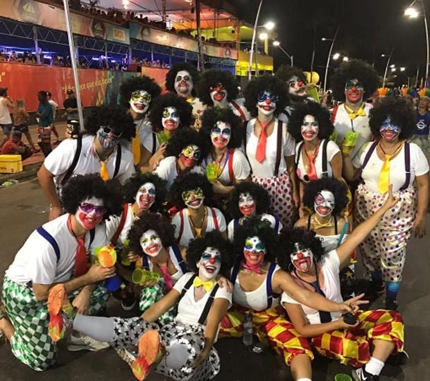 Disfarçada de palhaço, Ivete Sangalo curte Carnaval com amigos nas ruas de Salvador (Foto: Reprodução/Instagram)