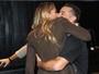 Adriane Galisteu troca beijos com marido e mostra pernões