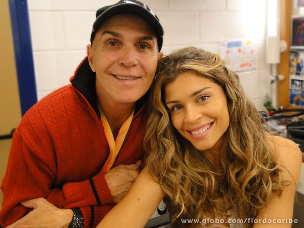 Parceria total! Grazi e o supervisor de caracterização, Luizinho (Foto: Flor do Caribe / TV Globo)