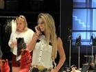 Andréa de Andrade exibe os coxões em tarde de compras