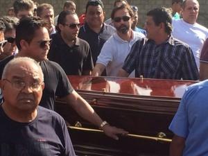Cantor sertanejo Leonardo carrega caixão de Fernandão em Goiânia, Goiás (Foto: Fernando Vasconcelos/G1)