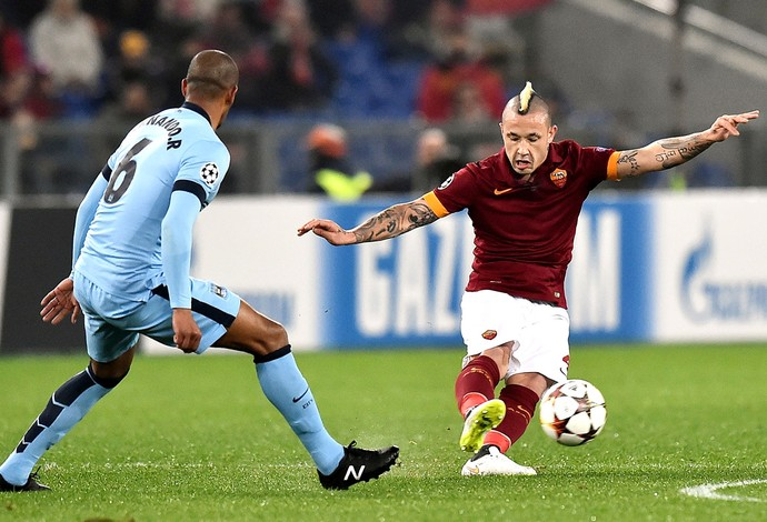 Radja Nianggolan e Fernando, Manchester City X Roma (Foto: Agência AFP )