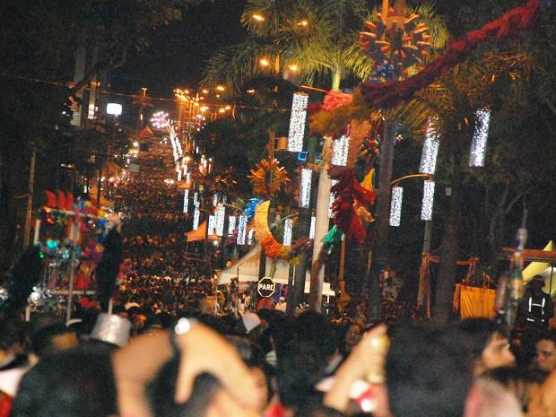 Puxados por dez trios elértricos, uma multidão desceu a avenida Epitácio Pessoa em direção ao Busto de Tamandaré (Foto: Frederico Martins/G1)