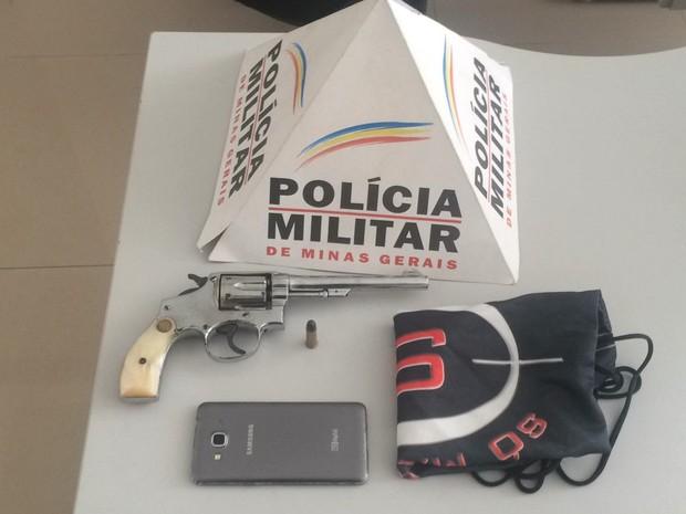 Arma apreendida com o menor pela polícia (Foto: Polícia Militar/Divulgação)