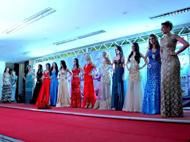 Garotas exibiram vestidos de gala durante o Miss Rondônia 2013 (Foto: Halex Frederic/G1)