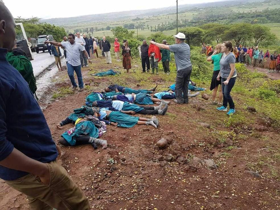 Corpos das vítimas de acidente com veículo escolar na Tanzânia, neste sábado (06) (Foto: Reuters/Emmanuel Herman)