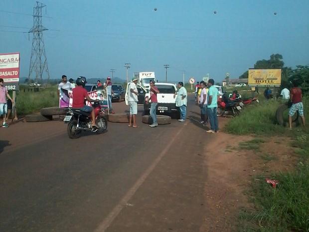 Família e amigos de jovens desaparecidos bloqueiam duas rodovias em Mato Grosso (Foto: Alzira Reis de Oliveira/Arquivo pessoal)