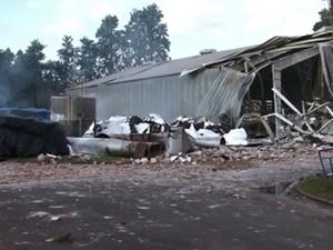 Segundo os bombeiros, explosão foi em uma secadora usada para fazer farinha (Foto: RPC/Reprodução)
