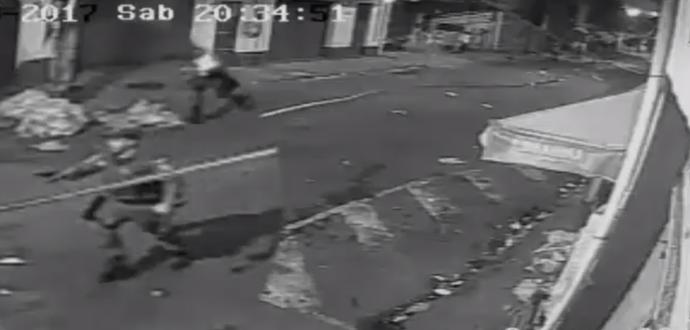 policial com arma apontada em são januário (Foto: Reprodução/SporTV)