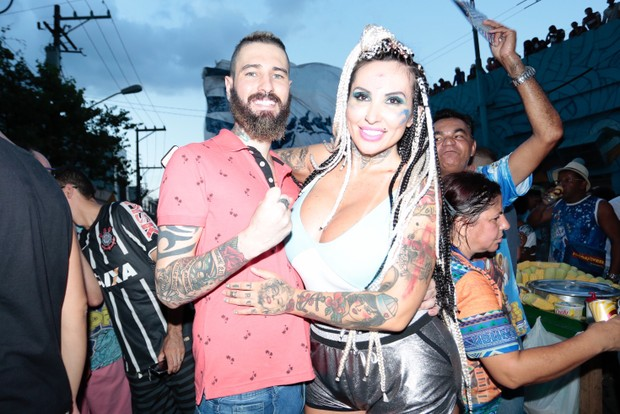 Sabrina Boing Boing e namorado festa na quadra da Campeã (Foto: Rafael Cusato/EGO)
