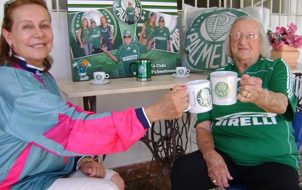 Dona Cida, vovó palmeirense de Bauru (SP), com a filha (Foto: Alan Schneider/Globoesporte.com)