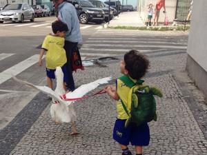 Criança leva ganso para escola (Foto: Arquivo Pessoal)