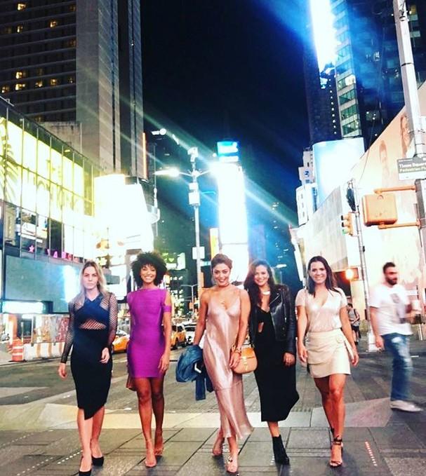Juliana Paes, Sheron Menezzes e amigas em traje de festa na Time Square (Foto: Reprodução/Instagram)