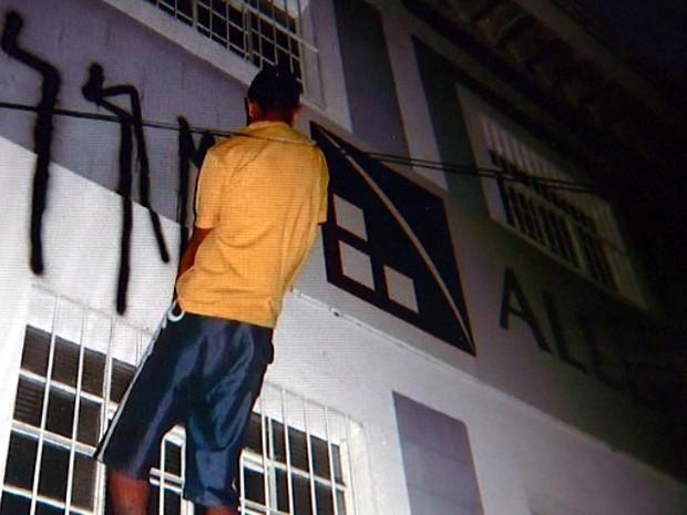 Vândalo em ação em empresa de Campinas  (Foto: Reprodução / EPTV)