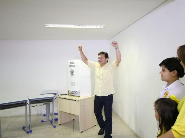Candidato Geraldo Julio (PSB) vota no Recife  (Foto: Aldo Carneiro/Pernambuco Press)