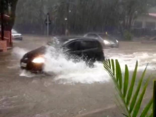 Motoristas se arriscam em enxurrada em Campinas  (Foto: Reprodução/EPTV)