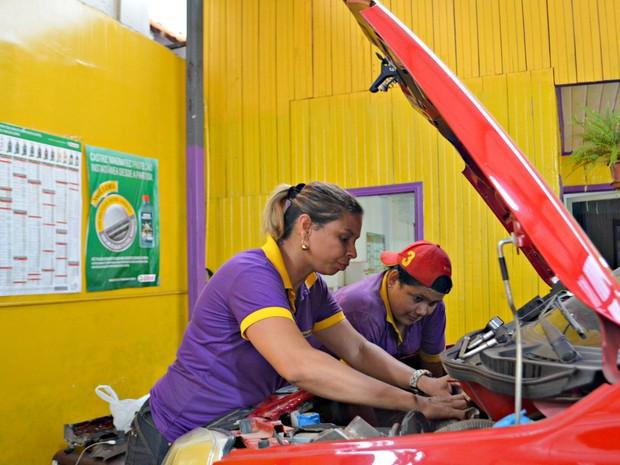 Na oficina as clientes podem contar com serviços como lavagem do veículo, troca de óleo e manutenção do motor, embreagem e freios (Foto: Quésia Melo/G1)