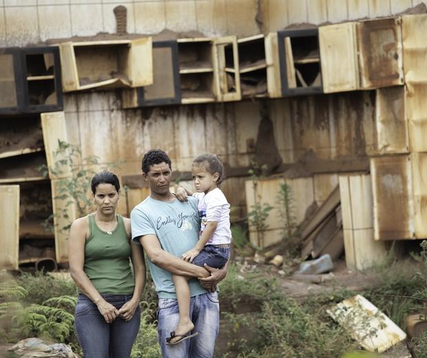 Edna, Gilberto e Julia de volta a Bento um ano depois (Foto: Raoni Maddalena)