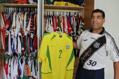 Camisa utilizada por Daniel Alves no título mundial sub-20, em 2003 (Foto: Emerson Rocha)