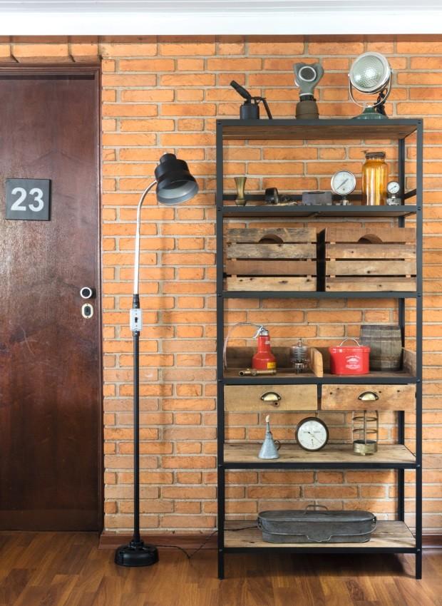 Estante JC1, de ferro, madeira de demolição e chapa de aço, 0,80 x 1,80 x 0,40 m, R$ 4.420. Luminária de chão, de metal, 1,75 m de altura, R$ 1.270 (Foto: Alexandre Disaro /  Editora Globo)